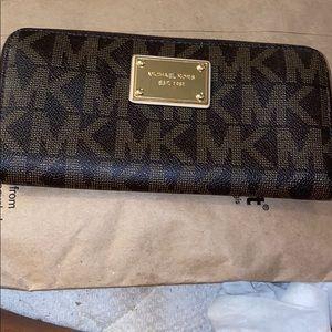 MKors signature wallet